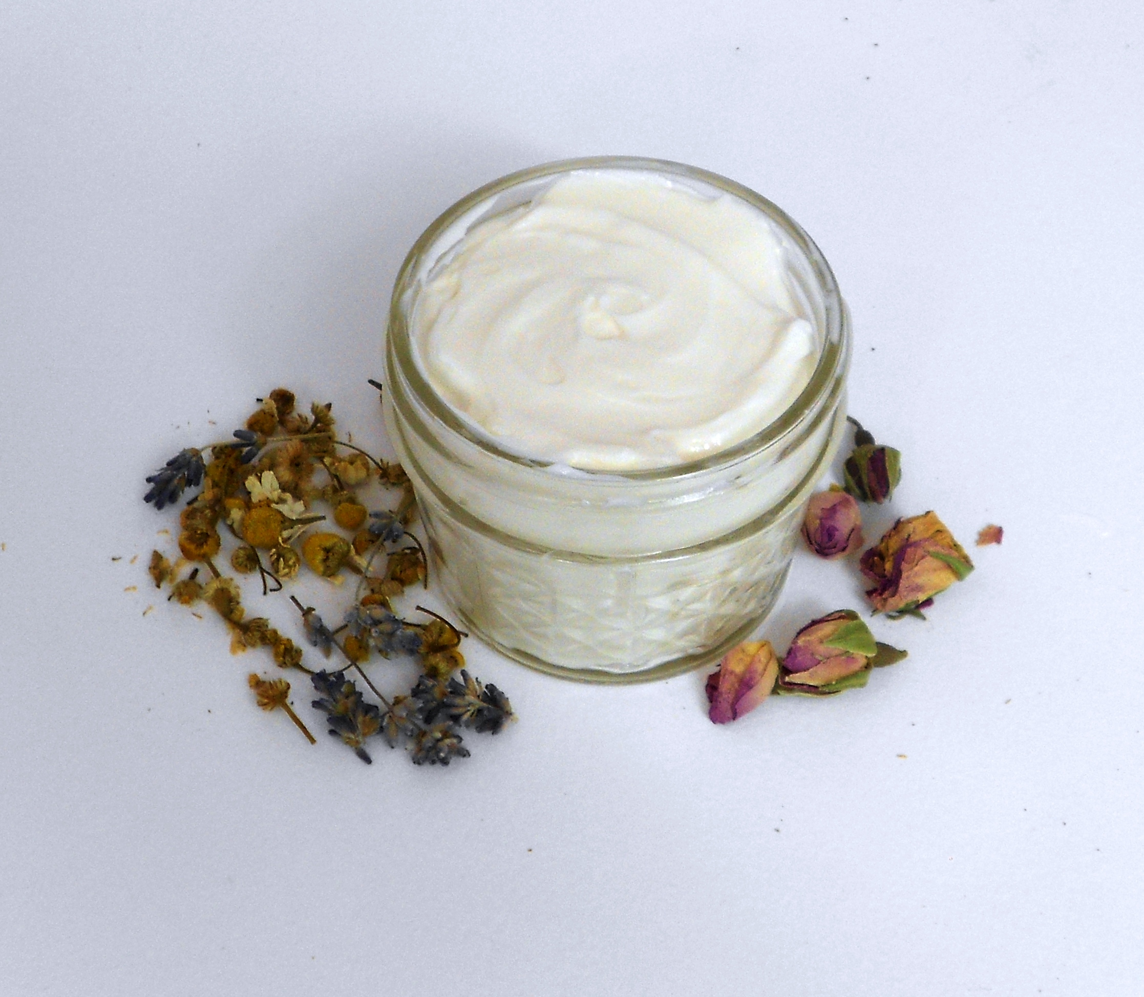HOW TO MAKE LAVENDER LOTION - Lavender lotion recipe by Sarah Ingram eScentialsAroma. Homemade Lavender Lotion. #LavenderLotion #HowToMakeLavenderLotion #GardensAll #LavenderLotionRecipe