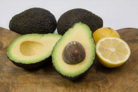 Can you freeze avocados? Avocados with lemon to preserve the avocado. GardensAll.com
